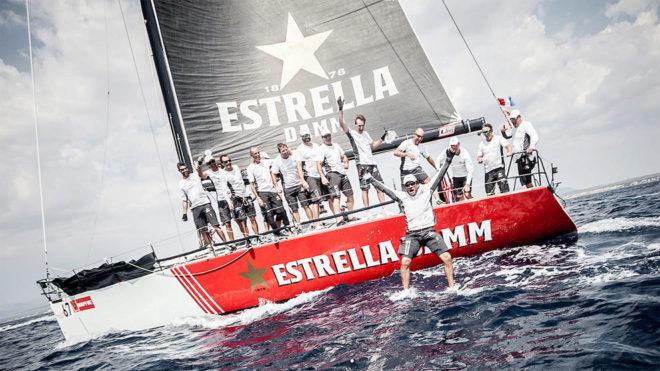 La tripulación del Estrella Damm celebra el triunfo del año pasado.