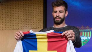 Piqué sostiene una camiseta de 'su' Andorra.