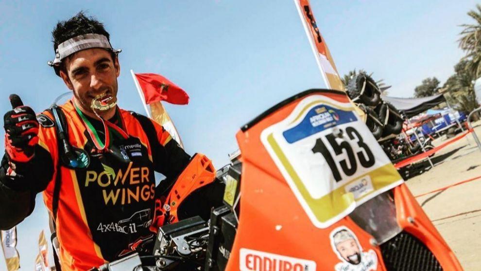 Diego Ortega junto a su moto.