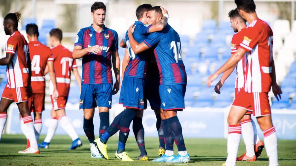 Rubén Vezo celebra el gol marcado al Almería.