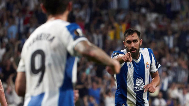 Borja Iglesias celebra un gol con Ferreyra.