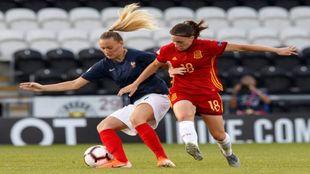 Eva Navarro (18) puja por un balón con Saint-Georges (19).