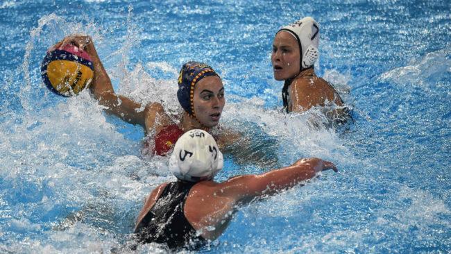 Bea Ortiz, rodeada de jugadoras estadounidenses.