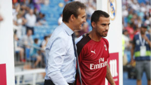 Lopetegui saluda a Suso en el Trofeo Santiago Bernabéu.
