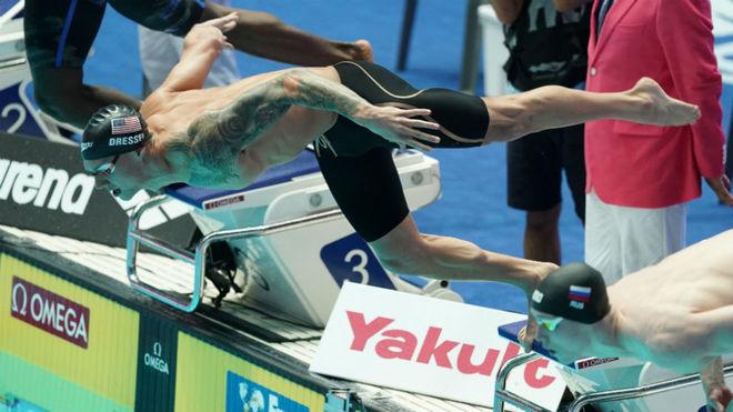 Caeleb Dressel, en la salida de su semifinal de los 100 mariposa,...