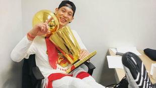 Jeremy Lin posa con el título de campeón de la NBA