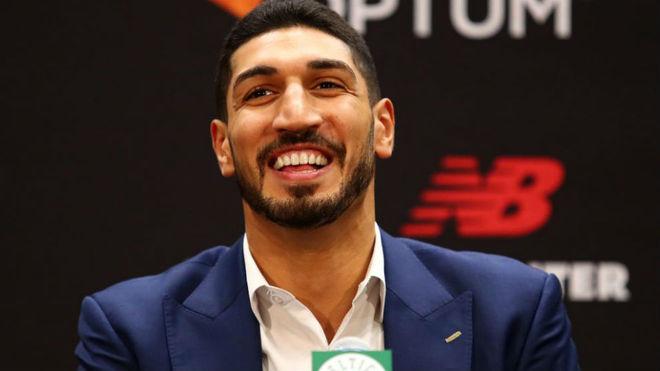 Enes Kanter sonríe durante su presentación como jugador de los...