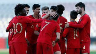 La selección sub 19 de Portugal, celebra un gol durante el Europeo.