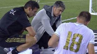Luka Jovic, atendido por los servicios médicos del club.
