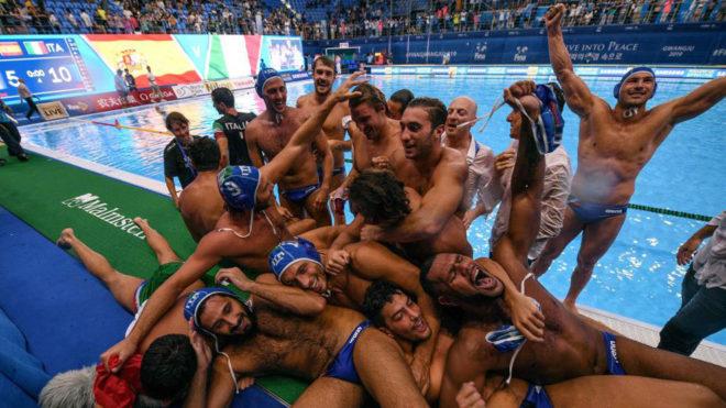 Los jugadores italianos celebran su cuarto título mundial.