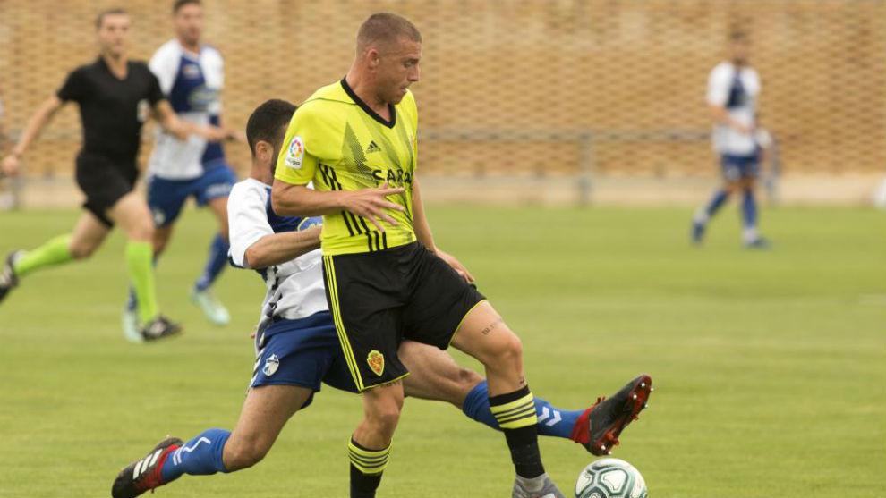 Biel controla el balón ante un rival.