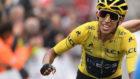 Bernal celebrando en meta su triunfo virtual en el Tour.