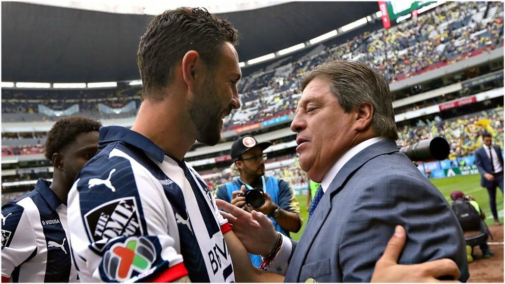 Miguel Layún, con Miguel Herrera en la primera jornada del Apertura...