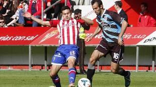 Canella disputa un balón con Víctor Díaz en un Sporting-Lugo de...