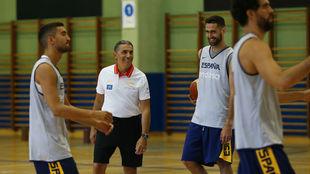 Sergio Scariolo bromea con Joan Sastre en un entrenamiento de la...
