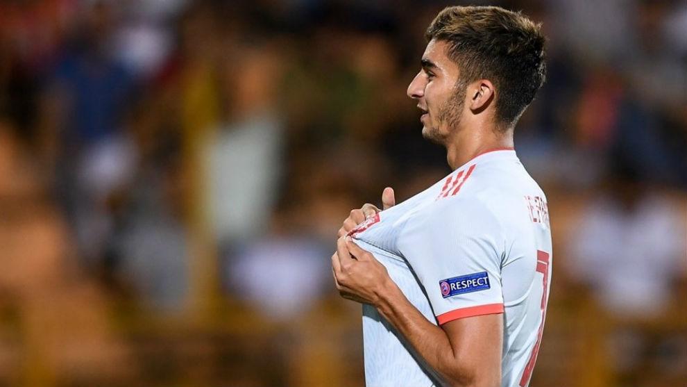 Ferran se  señala el escudo de España tras uno de sus goles.