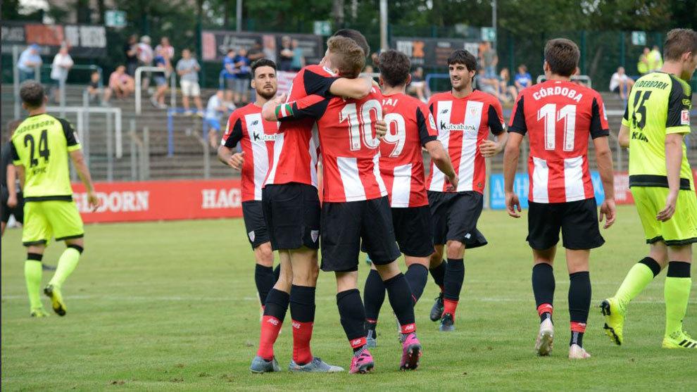 Los jugadores del Athletic celebran uno de sus goles al Paderbon.