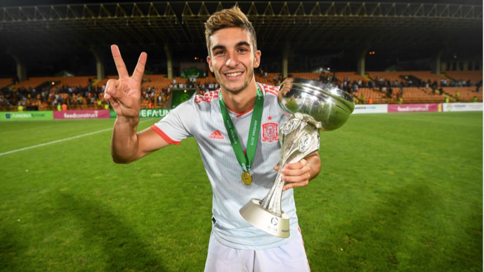 Ferran Torres with the European Under-19 Championship title.