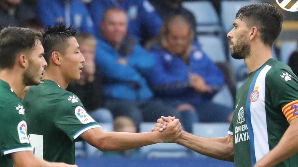 Didac felicita a Wu Lei tras el gol.