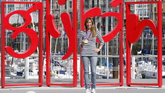 Ángela Pumariega, posando con el oro olímpico tras Londres 2012 en...