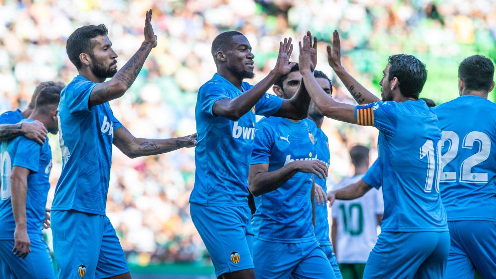 Los jugadores del Valencia celebran el 1-1 de Kondogbia