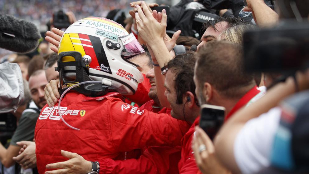 Vettel celebra el podio con su equipo.