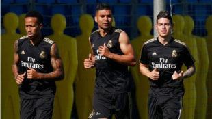 Militao, Casemiro y James, en el entrenamiento de este lunes
