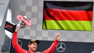 Sebastian Vettel celebrando el segundo puesto conseguido en...
