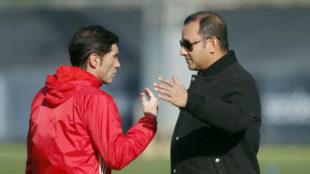 Marcelino y Murthy dialogan en Paterna.