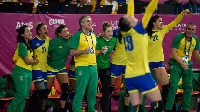 Jorge Dueñas y su ayudante Juan Carlos Solar celebran con su...