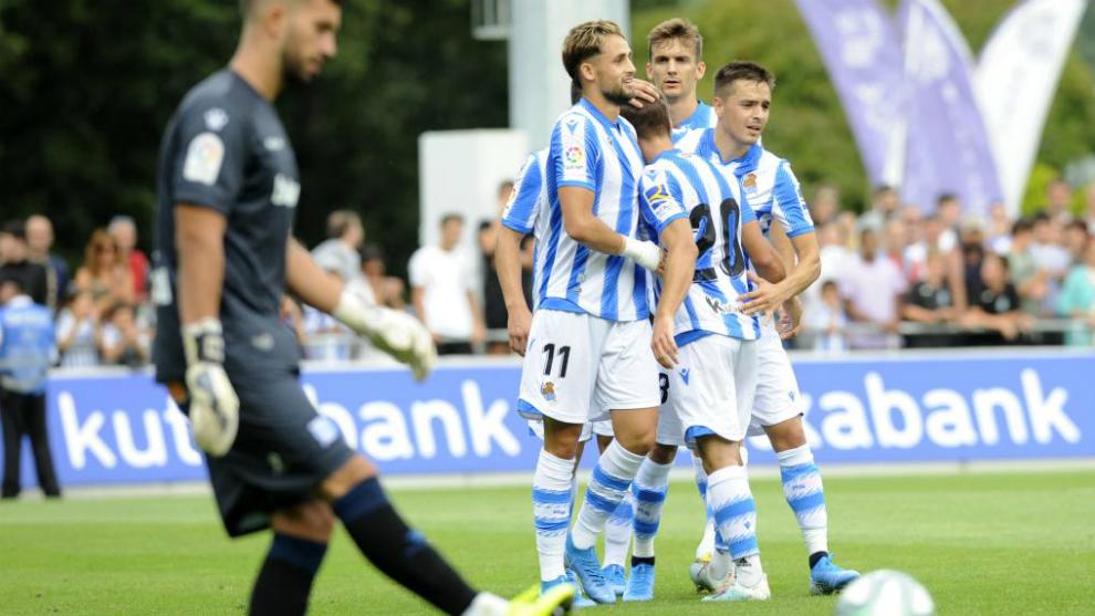 Los jugadores de la Real celebran el gol.