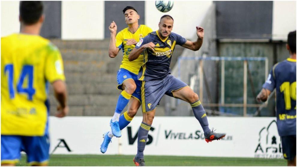 Lance del partido entre Las Palmas y Cádiz