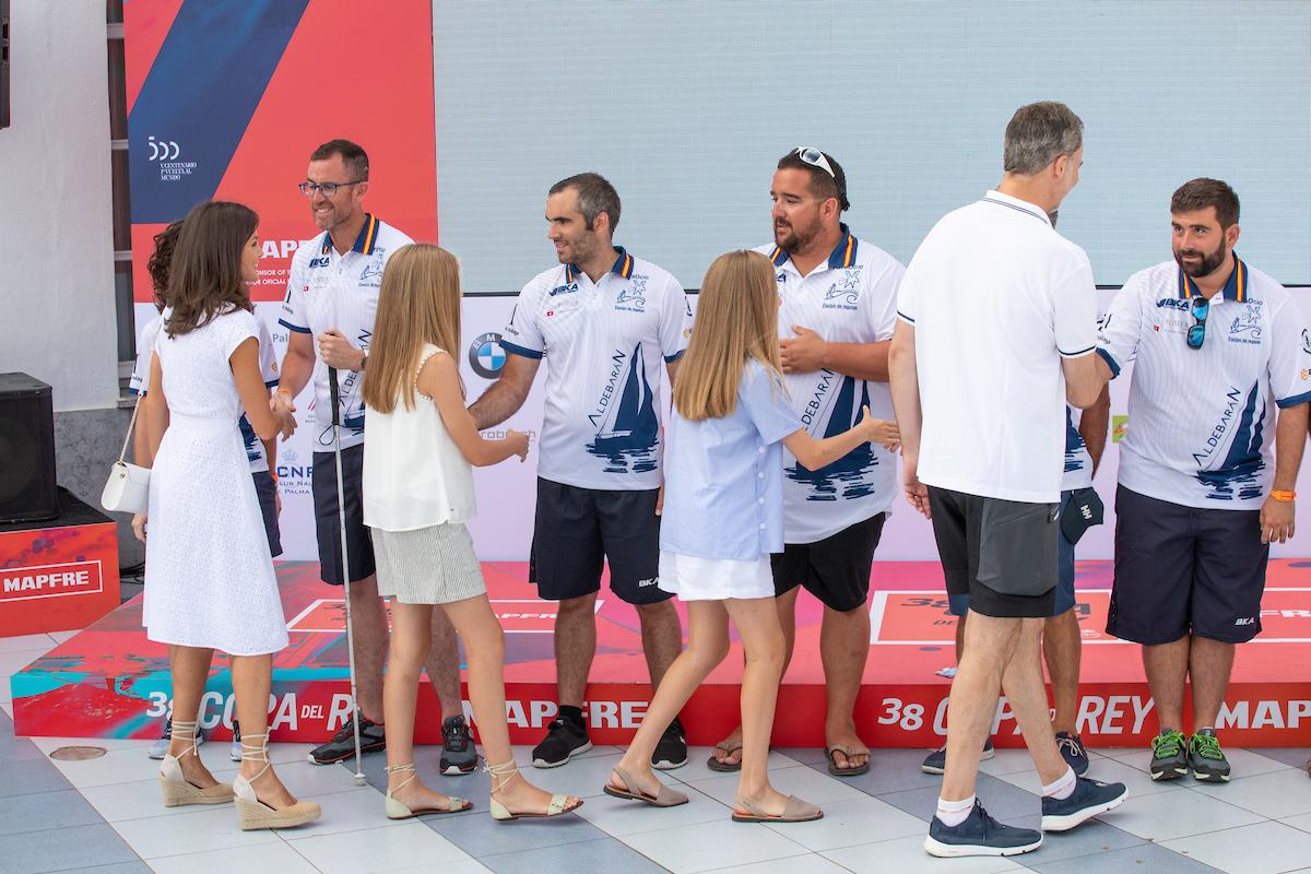 La Familia Real saluda a la tripulación del 'Aldebarán' en el RCNP.