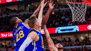 Jonas Jerebko en acción con los Warriors