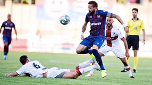 Morales regatea a un contrario durante el partido disputado en Teruel.