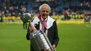 Rodolfo D'Onofrio, presidente de River Plate, levanta la Copa...