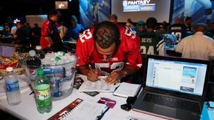 Un aficionado durante un evento de Fantasy Football de la NFL y Direct...