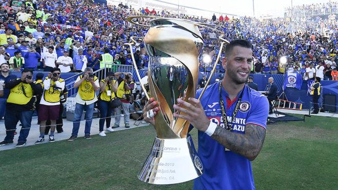 Méndez sostiene el trofeo de la Copa MX.