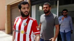 Turki Al-Sheikh sale de la notaria en la que ha firmado la compra de...