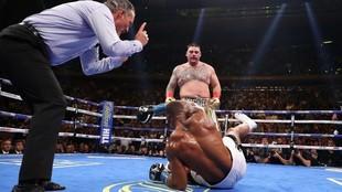 Momento en que Ruiz Jr logra tumbar a Joshua en el combate del pasado...