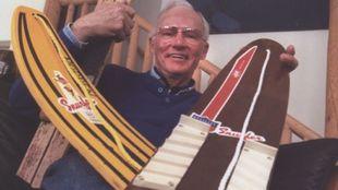 El invento derivó de un par de esquí clavados con una madera...