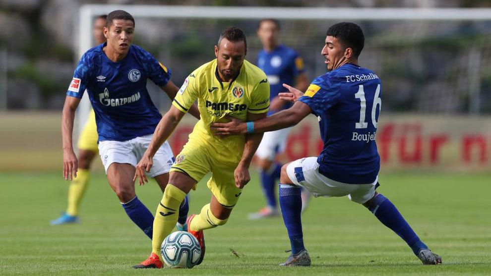 Cazorla se marcha de dos jugadores del Schalke durante el partido de...