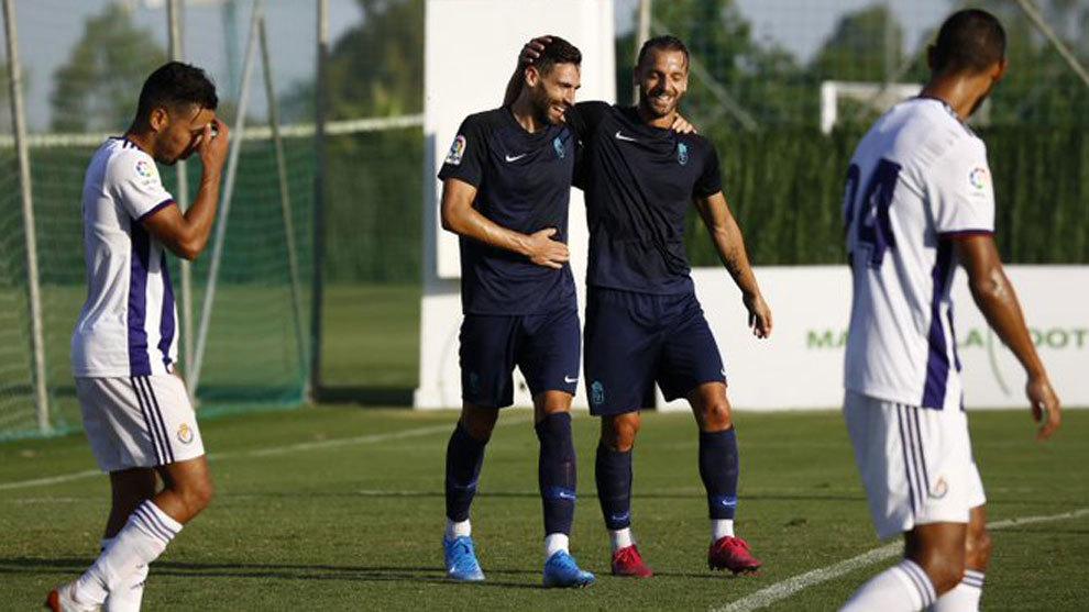 Los jugadores del Granada celebran uno de los dos goles conseguidos...