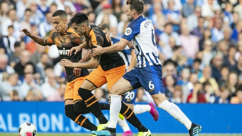 Maxi Gómez y Rodrigo pelean por un balón ante un rival en el...