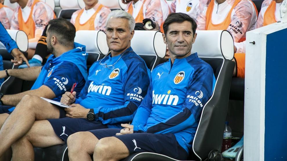 Marcelino junto a Rubén Uría durante antes del partido contra el...