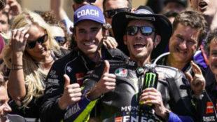 Gavira, con la gorra de 'Coach', junto a Rossi en el Gran Premio de...
