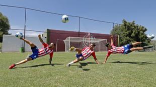 Los tres españoles haciendo una chilena