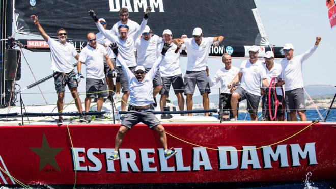 La tripulación del 'Estrella Damm' celebra su segundo título...