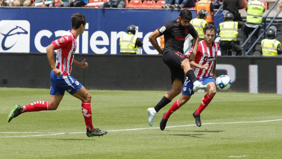 Diego Costa remate a portería en el partido ante el Atlético San...