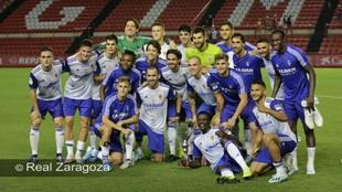 Los jugadores del Zaragoza posan con el trofeo
